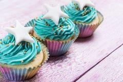 Backt kleine Kuchen zur Feier von Weihnachten zusammen lizenzfreie stockfotos