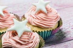 Backt kleine Kuchen zur Feier von Weihnachten zusammen stockbild