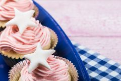 Backt kleine Kuchen zur Feier von Weihnachten zusammen lizenzfreies stockfoto
