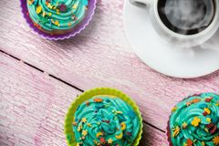 Backt kleine Kuchen zur Feier von Weihnachten zusammen lizenzfreies stockbild