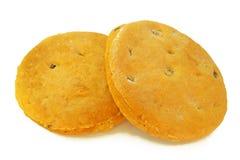 Backte frisch selbst gemachte Kekse mit den Rosinen, die auf weißem Hintergrund lokalisiert wurden stockbild