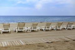 Backview белых sunbeds на песчаном пляже Стоковые Фото