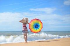 Backview красивой дамы с зонтиком радуги Стоковая Фотография