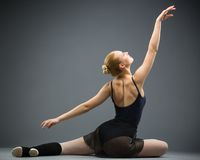 Backview av dansen på golvballerina royaltyfri bild