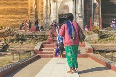 Backview av kvinnliga turister på den forntida pagoden för PA Hto Taw Gyi fördärvar på den Mingun staden arkivfoton
