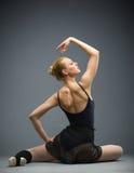Backview da dança na bailarina de madeira do assoalho imagem de stock