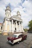 Backview da posição retrocar velha no fundo da igreja Fotografia de Stock