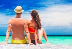 Backview de jeunes couples heureux ayant l'amusement par la plage Photographie stock libre de droits