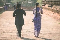 Backview dei turisti femminili alle rovine antiche della pagoda di PA Hto Taw Gyi alla città di Mingun fotografia stock libera da diritti