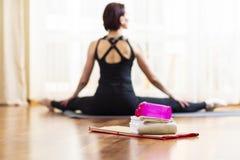 Backview der ruhigen kaukasischen Frau in der Yoga-Haltung zuhause Aufstellung mit den ausgedehnten Beinen vor großem Fenster lizenzfreie stockfotos