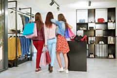 Backview des filles allant sur des achats Image libre de droits