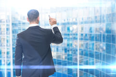 Backview des Geschäftsmannschreibens mit Markierung Lizenzfreie Stockfotos