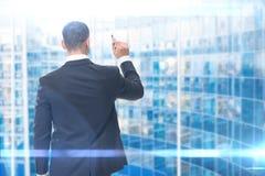 Backview di scrittura dell'uomo di affari con l'indicatore Fotografie Stock Libere da Diritti