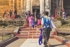 Backview do turista fêmea em ruínas antigas do pagode do Pa Hto Taw Gyi na cidade de Mingun imagens de stock royalty free