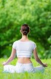 Backview van vrouw in asanapositie die zen gesturing stock fotografie