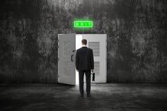 Backview van zakenman met geval vóór een open deur aan een rooskleurigere toekomst royalty-vrije stock foto's