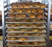 Backwaren, die auf einem Bäckereigestell abkühlen Stockfoto
