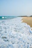 Backwash i morze pienimy się w Calabria południe Włochy fotografia royalty free