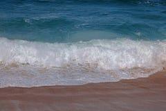 BACKWASH NA plaży Z łamanie fala obraz royalty free