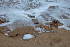 BACKWASH piana NA plaży I woda obrazy stock