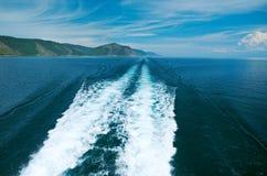 Backwash turystyczna łódź fotografia royalty free