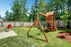 Backyad com o campo de jogos para crianças Fotografia de Stock