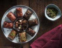Baclava blandning med pistaschen, muttrar, hasselnötter och kaffe Arkivfoton