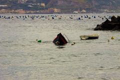 Bacoli, een boot die in de Golf van Napels na een onweer daalt royalty-vrije stock foto's