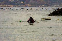 Bacoli, ein Boot, das in den Golf von Neapel nach einem Sturm sinkt lizenzfreie stockfotos
