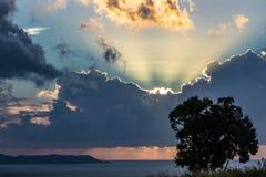 Bacoli solnedgång med molnet framme royaltyfri bild