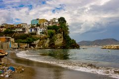 Bacoli, strand van het heuveltje royalty-vrije stock afbeeldingen