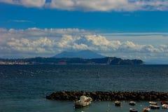 Bacoli, vista do golfo de Pozzuoli com o Vesúvio e a ilhota de Nisida fotografia de stock royalty free
