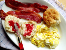 Bacon, ägg och kexar med driftstopp Royaltyfri Foto