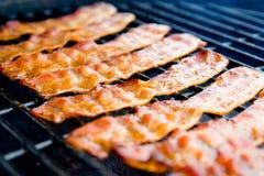Bacon affumicato del hickory sulla griglia immagine stock libera da diritti