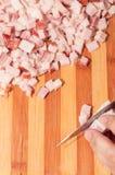 Bacon che è tagliato con il coltello d'acciaio da un cuoco unico Immagini Stock Libere da Diritti