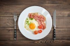Bacon con sul piatto l'uovo fotografia stock libera da diritti
