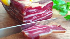 bacon dat met messen langzame motie wordt gesneden stock videobeelden