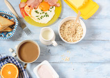Bacon della prima colazione e vista superiore delle uova, del cereale e del pane tostato Fotografia Stock
