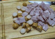 Bacon e faca da salsicha no bloco de desbastamento Fotografia de Stock