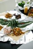 Bacon e middy sulla tavola nera Una tavola festiva granaio Fotografia Stock