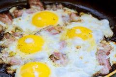 Bacon e ovo salgado e polvilhado com o café da manhã inglês Imagens de Stock