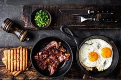 Bacon e ovos fritados imagem de stock royalty free
