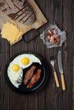 Bacon e ovos no fundo marrom de madeira pão, queijo foto de stock