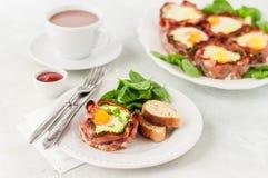 Bacon e portauova con spinaci Fotografie Stock Libere da Diritti