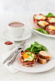 Bacon e portauova con spinaci Immagini Stock