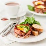 Bacon e portauova con spinaci Fotografia Stock