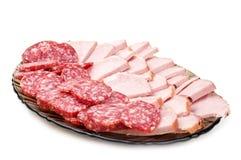 Bacon e salami desbastados em uma placa imagens de stock