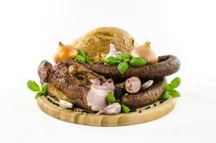 Bacon e salsiccia con le verdure ed il pane sul bordo di legno Fotografie Stock Libere da Diritti