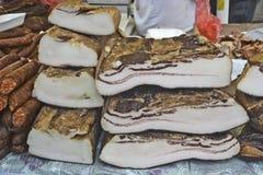 Bacon e salsiccie crudi sulla vendita Fotografia Stock Libera da Diritti