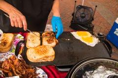 Bacon ed uova del pane tostato su una piastra immagine stock